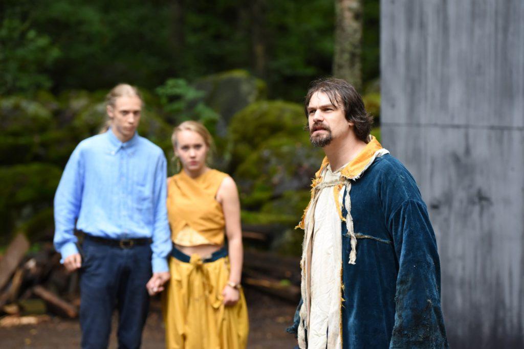 Ferdinand (Julian Mäkelä), Miranda (Sanni Kero) ja Prospero (Jaakko Karjula). Kuva: Arja Koski.