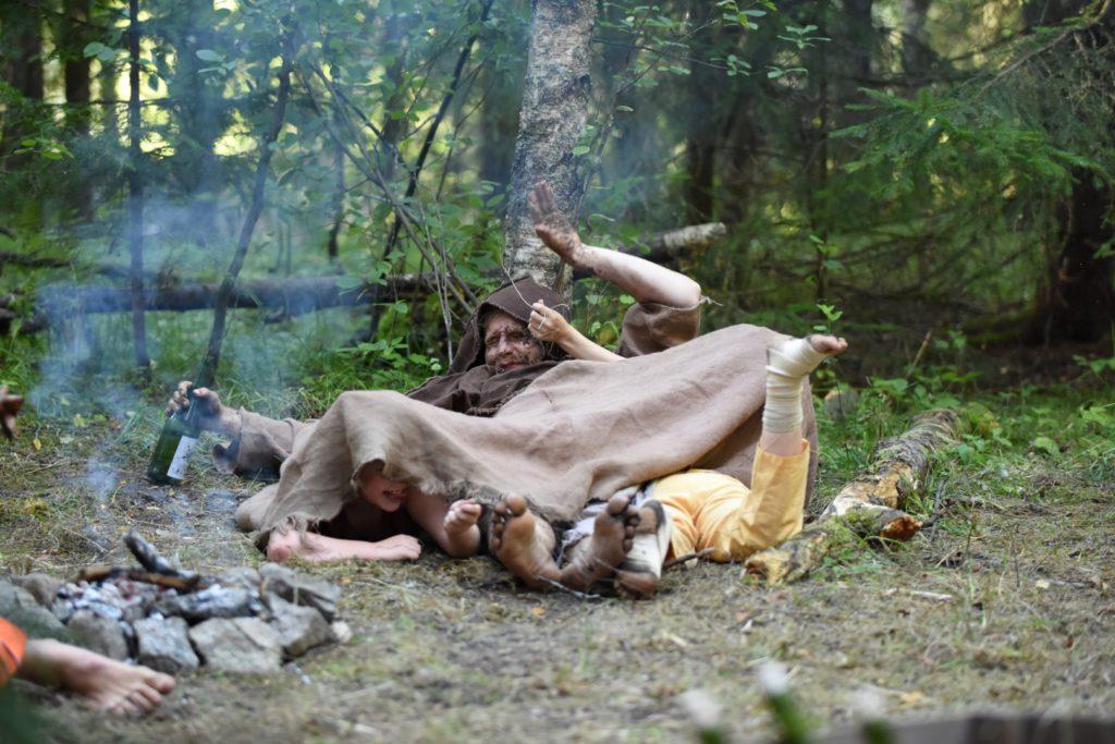 Caliban (Santeri Mäensivu) sekä Calibanin kiusanhenget (Taimi Kylväjä ja Tiltu Lahtivirta). Kuva: Arja Koski.