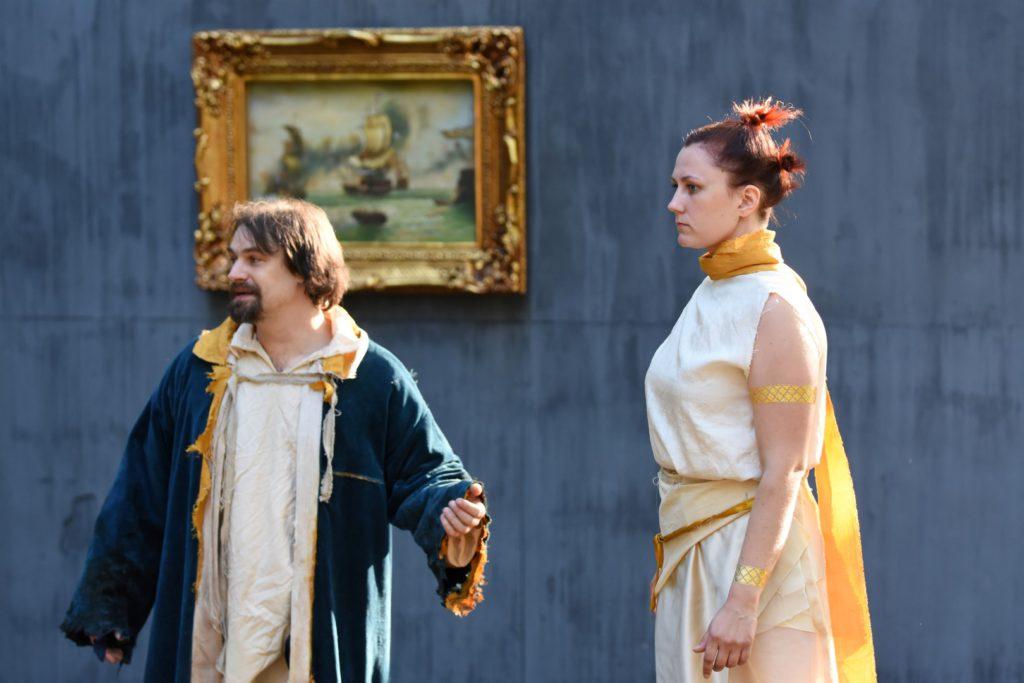 Prospero (Jaakko Karjula) ja Ariel (Sanna Niemelä). Kuva: Arja Koski.