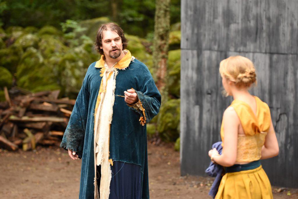 Prospero (Jaakko Karjula) ja Miranda (Sanni Kero). Kuva: Arja Koski.